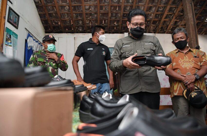 Kunjungi Desa Balongasem, Gus Menteri Tinjau Produksi Sepatu Baker`s Milik BUMDes